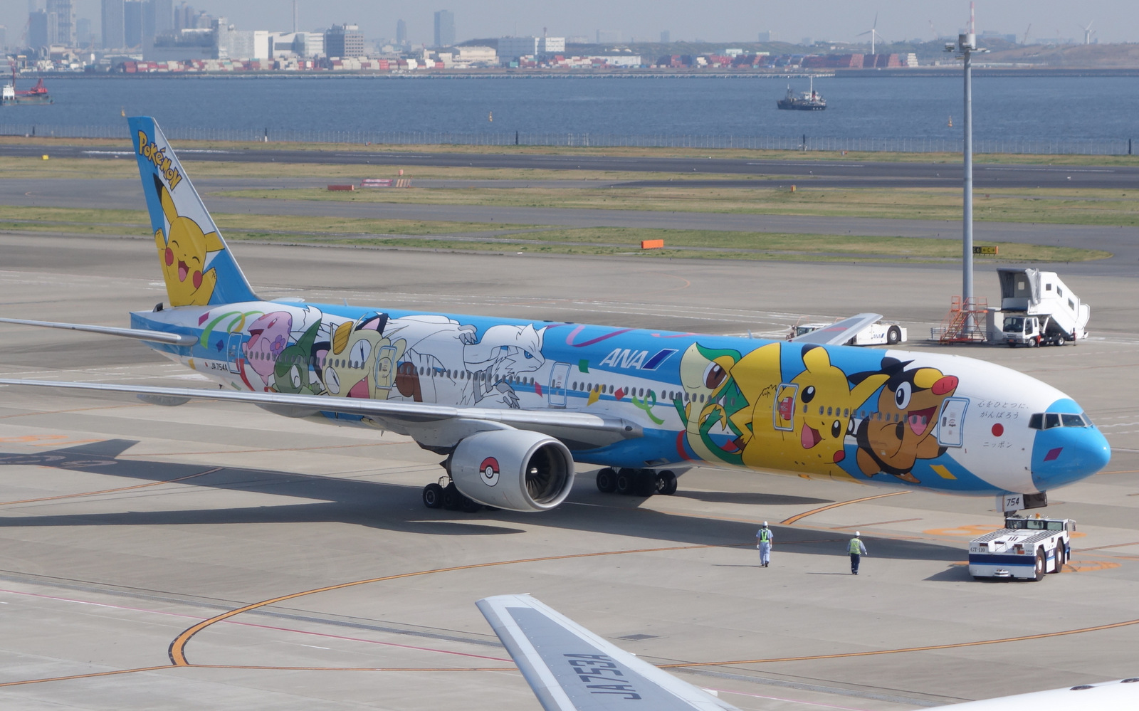 ANA Pokemon 777-300 at HND
