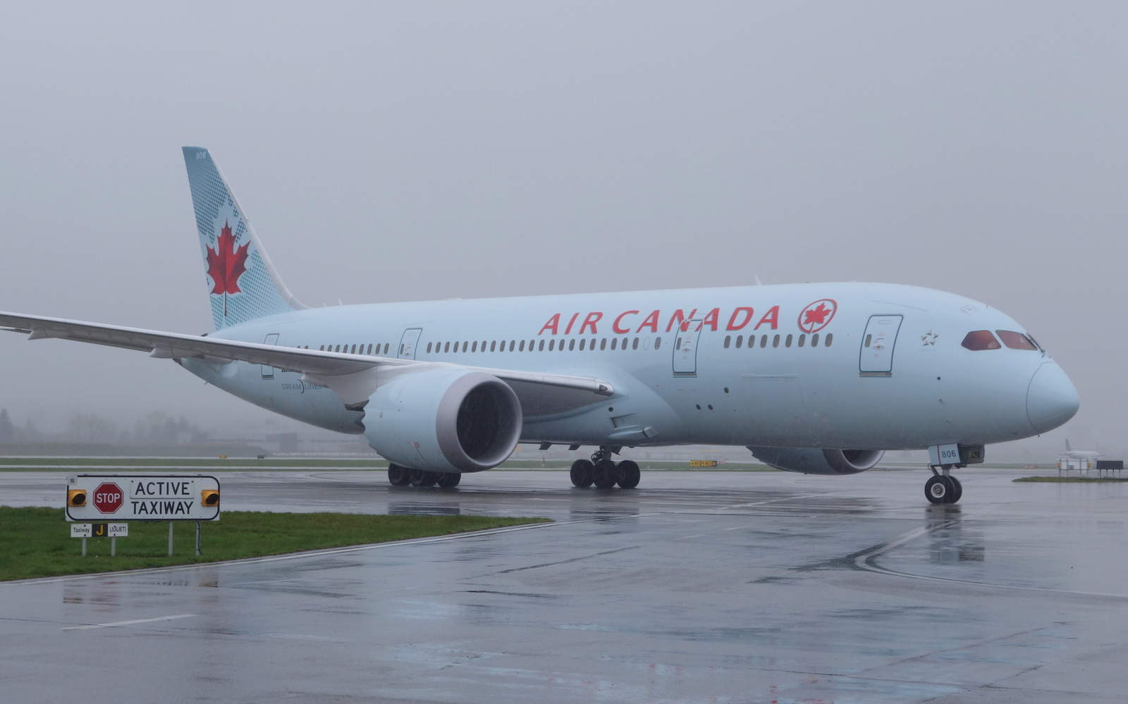Air Canada 787-8 in the rain at YVR
