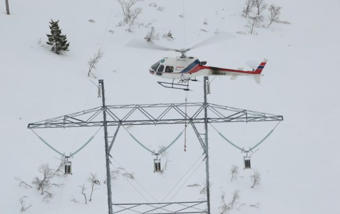 An Airlift Norway AS350 B3, busy with powerline construction. Photo: Anthony Pecchi